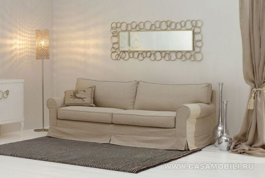Зеркало на стене над диваном