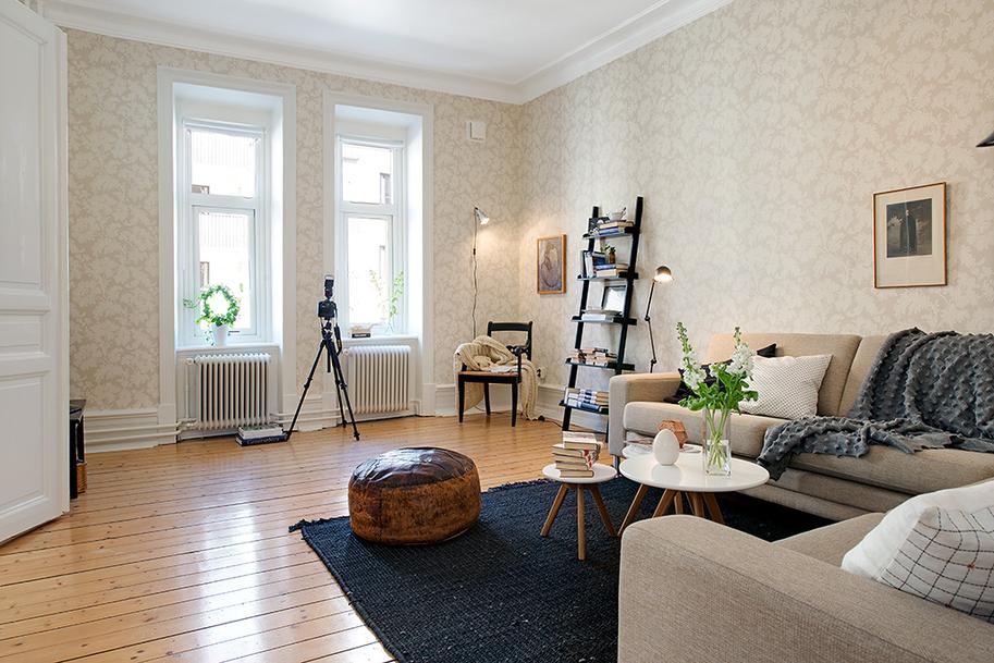 Лестница-стеллаж в гостиной